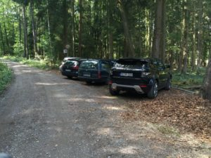 Parkplatz vor der Schranke in Erlau
